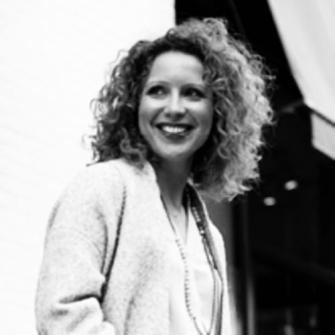 Ana Nicolau headshot